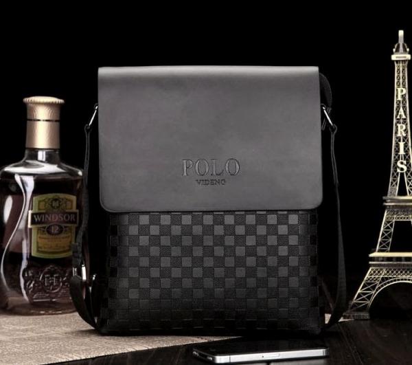 Táto taška má nastaviteľný textilný popruh. Na výber v čiernej alebo hnedej  farbe. Taška má rozmery 23×27 cm. ea74f6aaaea